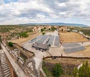 Plano panorámica de la explanada del Castillo de Pedraza en los Conciertos de las Velas.